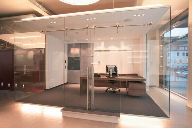 Glazen scheidingswand voorzien van een luxe schuifsysteem |vidre glastoepassingen | werkomgeving inspiratie