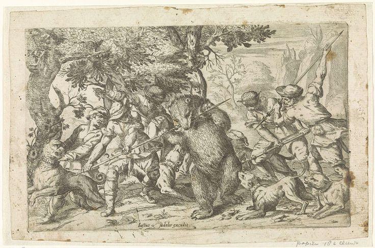 Justus Sadeler   Berenjacht, Justus Sadeler, 1600 - 1620   Een beer wordt door jagers en honden aangevallen en tracht een van de jachtspiezen met zijn bek te breken.