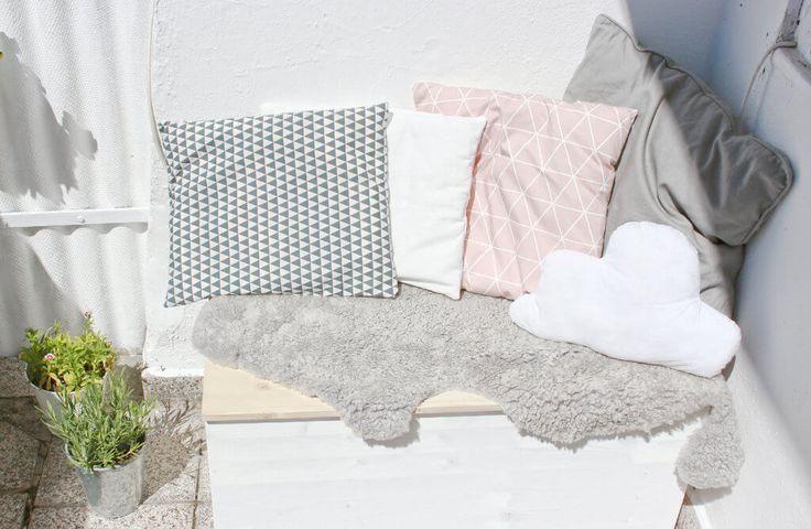 Auf eurem Balkon fliegt zu viel herum? Wie wäre es mit einer selbstgemachten Sitzbox? Darin lassen sich kleine Gartengeräte wunderbar verstauen und ihr habt eine gemütliche Sitzbank. Ihr braucht nur Holz (das ihr euch am besten im Baumarkt schon passend … mehr