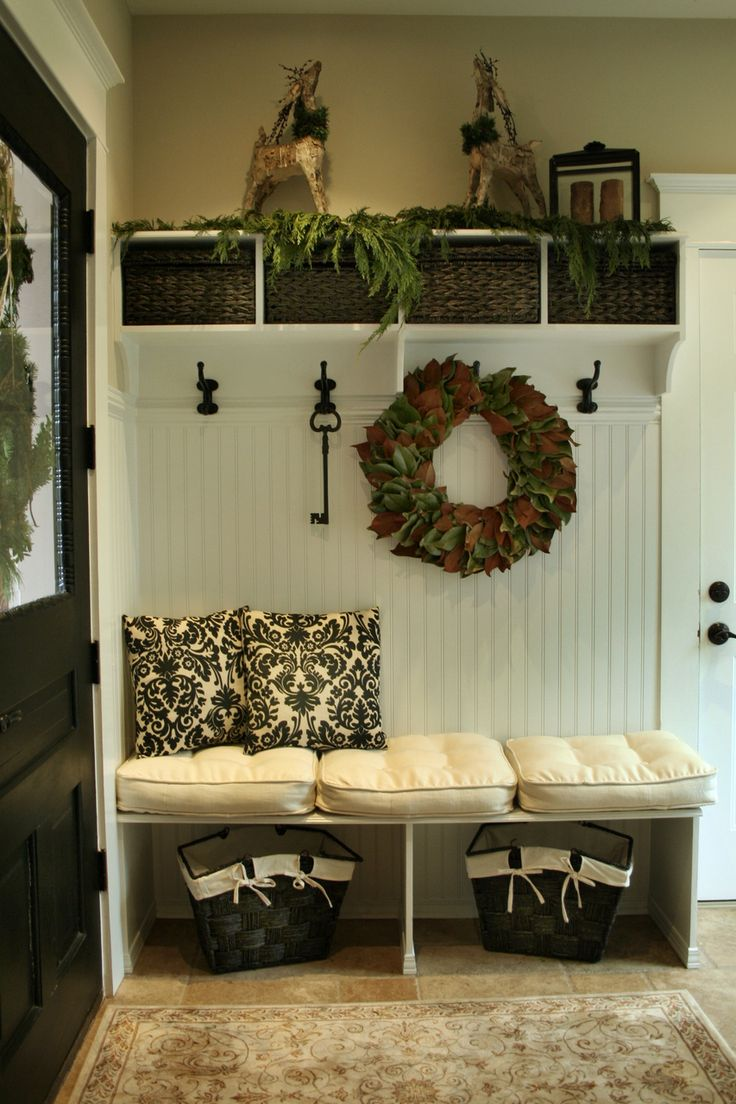 Tiny little mudroom area. Too cute. Great for small space