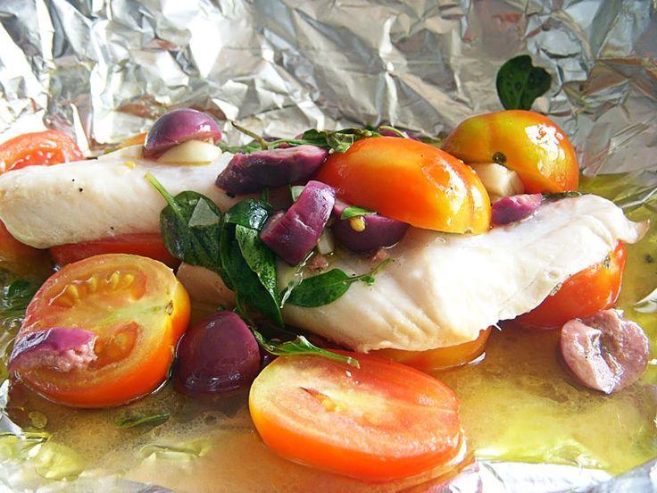 Receita de Jamie Oliver de filé de peixe Saint Peter assado com tomates, ervas e vinho branco, enrolado no papel alumínio.
