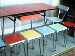 Le Formica de notre enfance! Notre table était rouge et les chaises jaunes.