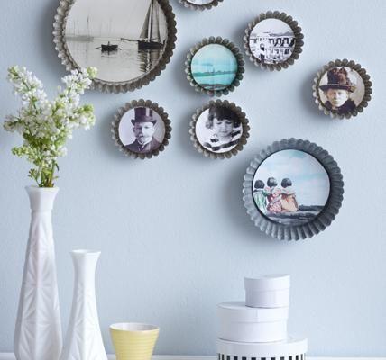 Tarteförmchen besitzen ähnliche Konturen wie Blütenköpfe und eignen sich als Bilderrahmen. Die Fotos auf die Größe der runden Grundfläche zuschneiden und mit...