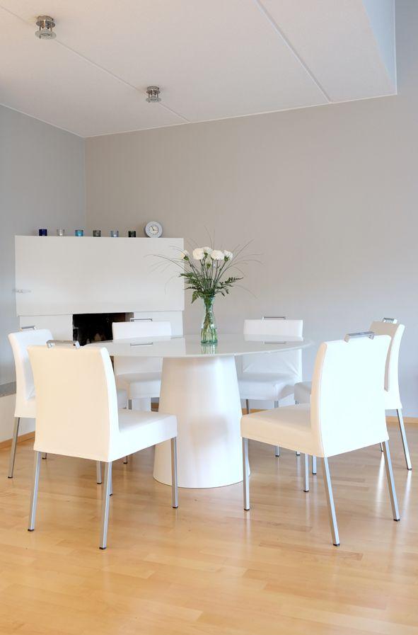 Detaljee+sisustussuunnittelutoimisto+sisustussuunnittelija+sisustus+13+ruokailutila+tuolit+kaani+jazz+pöytä+sovetitalia+totem+valkoinen