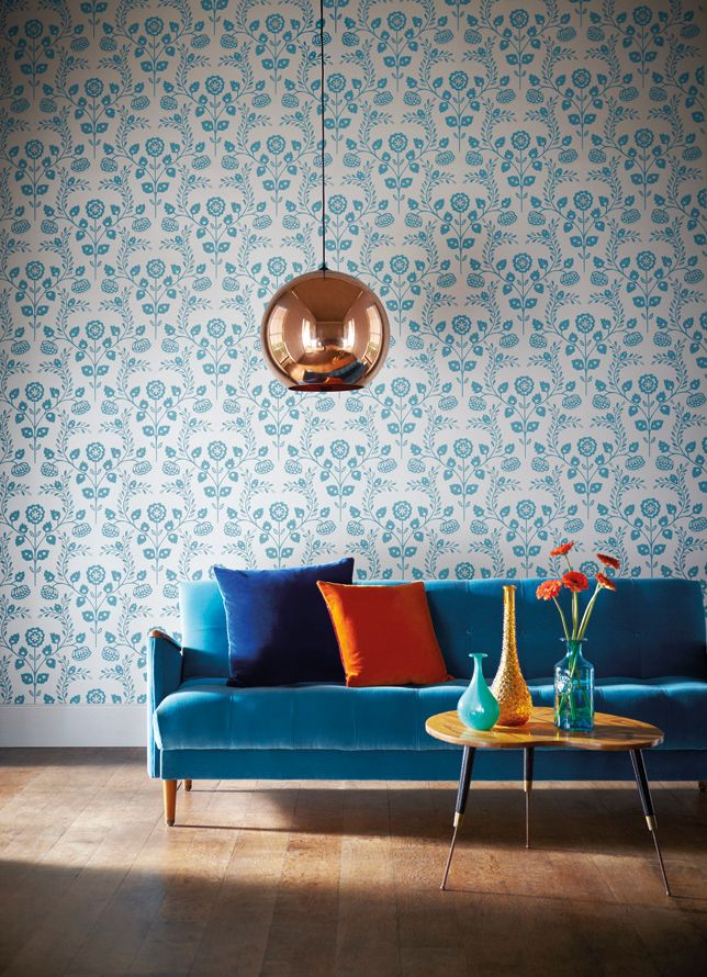 Maudjesstyling: #design #hanglamp met een koperen ronde #lampenkap. Mooi met blauw behang en blauwe bank.