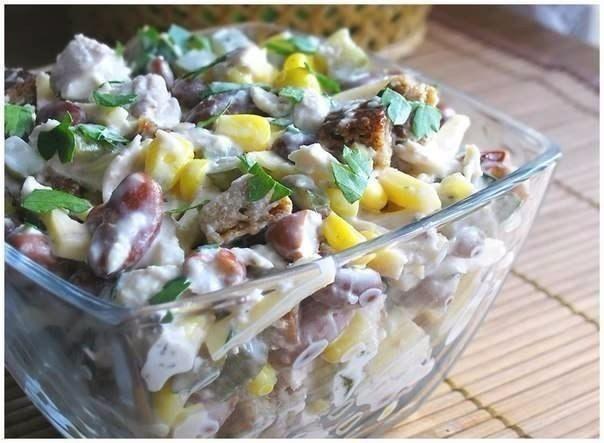 1. Салат с курицей Ингредиенты: - отварное куриное филе – 300г - фасоль (отварная или консервированная) – 200г - сыр (твёрдый) – 150г - кукуруза (консервированная) – 400г - маринованные огурцы – 3-4 шт. - чёрный хлеб – 3 ломтика - чеснок – 1 долька - соль, майонез, пучок петрушки Приготовление: 1. Чеснок очистить, натереть на мелкой тёрке или пропустить через пресс. 2. Ломтики чёрного хлеба натереть солью и чесноком, нарезать кубиками и подсушить на сковороде без масла. 3. Куриное филе…