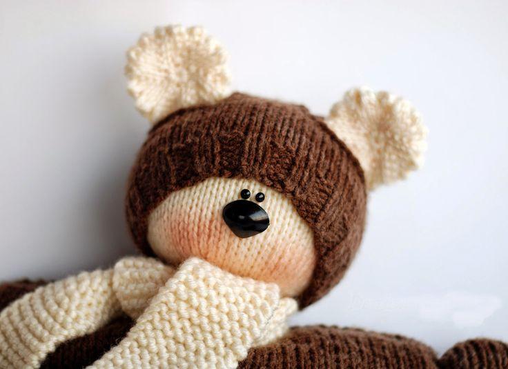 Фото: 24 Этот мастер класс посвящен вязанию медведя в кофте с капюшоном. Он станет приятным подарком и любимой игрушкой ребенка, а также может пополнить вашу коллекцию вязаных мишек хэндмейд. И еще про любимых медведей: Вяжем крючком миниатюрного медвежонка Мишка Тедди крючком Вязаный мини-медведь. Мастер-класс Мастер-класс по вязанию медвежонка спицами. Содержание 1 Условные обозначения 2 Вязание ...