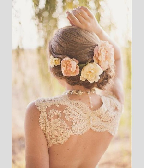 Peinados de novia con flores naturales. #peinados #novia#boda