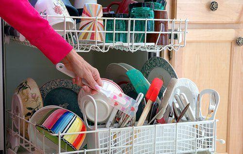 La lavastoviglie è dopo la lavatrice, forse l'elettrodomestico oggi più utilizzato. Bisogna averne molta cura, sia per far si che i nostri piatti e bicchieri risultino sempre splendenti sia per non rovinarla troppo presto. Vediamo come poter fare un po' di manutenzione senza ricorrere a particolari prodotti chimici. Tutto quello che dovrete fare è prendere …