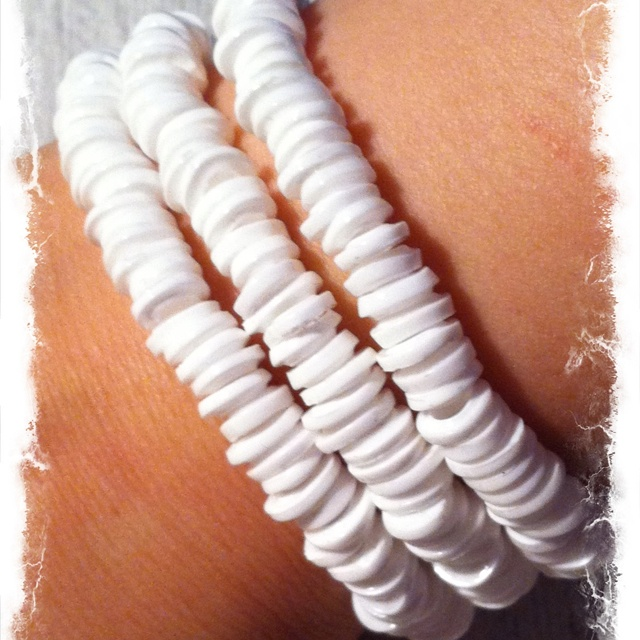 Armband gjort av smälta Hama-pärlor. Bracelet made of melted Hama beads.