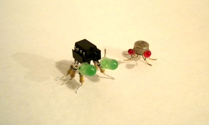 Insectes et humain réalisés avec des composants électroniques