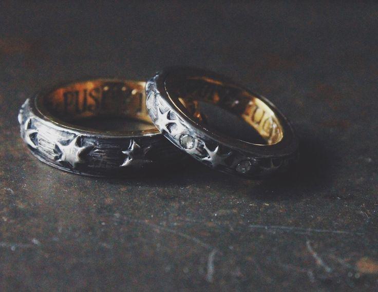 今回の結婚指輪は今までと違ったテイストで、18世紀ごろの結婚指輪をイメージしながら作らせていただきました。 . . .  打ち合わせでお二人の馴れ初めをうかがった際に、奥様に何度断られても旦那様が猛アタックして見事お付き合いすることになり、この度結婚することになったというお話を聞いて  今回のテーマは「ねばり勝ち」しかないな  と、まことに独断で心に決めました! . . .  旦那様にとって奥様の存在はまさにLUCY(光)、しかし奥様にとって旦那様はPUSHY(しつこい人)でした!笑 . .  今回は 「LUCY IN THE SKY WITH DIAMONDS」 というビートルズの曲のタイトルをもじって. . .  奥様の指輪の内側には LUCY IN THE SKY. .  旦那様の指輪の内側には PUSHY IN THE SKY. . .  の文字を入れ、WITH DIAMONDSのタイトルどおり奥様の指輪には8個のローズカットのダイヤモンドを入れました。 . . .  表はSilver925,内側はK24イエローゴールドの二層になってます。 .