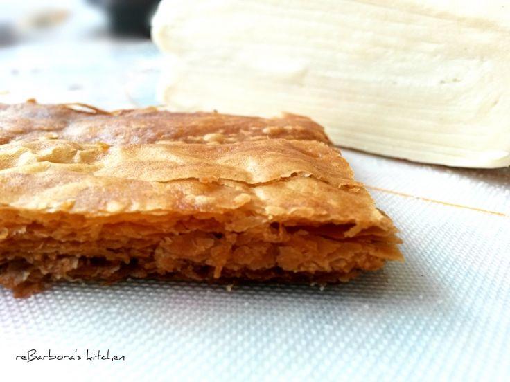 Domácí listové těsto, krok 7: Těsto na fotce je při pečení stlačené pekáčem do slabé placky, připravovala jsem z něj Mille feuille.