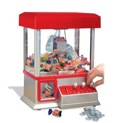 Candy Grabber Snoepmachine Snoep grijpautomaat Gezien bij Life& Cooking! Eindelijk je eigen snoepautomaat! Met munten en al. Zodra je een muntje in de machine doet begint er een muziekje te spelen. Je hebt vanaf nu 60 seconden om met de bedieningshendels het snoep te grijpen en naar de opening te sturen. De muziek gaat steeds sneller spelen als teken dat de tijd bijna is verlopen. Zorg dat je op tijd bent! Deze Candy grabber is ideaal voor kinderfeestjes. Je eigen kermisattractie in huis! E…