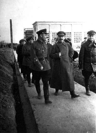 На шлюзе №3 Сталин и компания осмотрели насосную станцию №183, что хорошо видно…