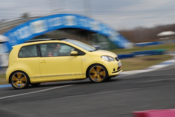 Žluté kol disky vozu SEAT Mii sluší.