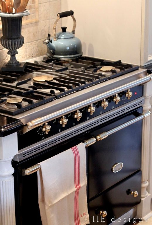 LLH DESIGNS: Love the urn holding cooking utensils on the stove. SO doing that!
