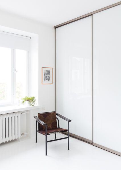 MAKUUHUONEEN VALKOISET LIUKUOVET Blaun säilytysjärjestelmässä käytetty puhtaan valkoinen lasi tuo huoneeseen valoa ja tilaa. Lasiovista ei kuitenkaan näy läpi, joka luo tilasta tyylikkäämmän ja kaapin sisältö pysyy silmiltä piilossa. Liukuovien shampanjan väriset kehykset tuovat huoneeseen ylellisyyttä ja luksusta.