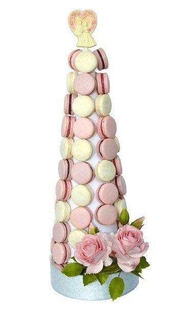 Свадебная башня из 69 шт. макаронс (макарун) со съедобными цветами и шоколадной статуэткой . Высота - 53 см. Стоимость - 980 грн. (890 грн. без цветов и макароном вместо статуэтки, 73 макарона). Цвета и  виды макаронс (макарун) возможно под заказ