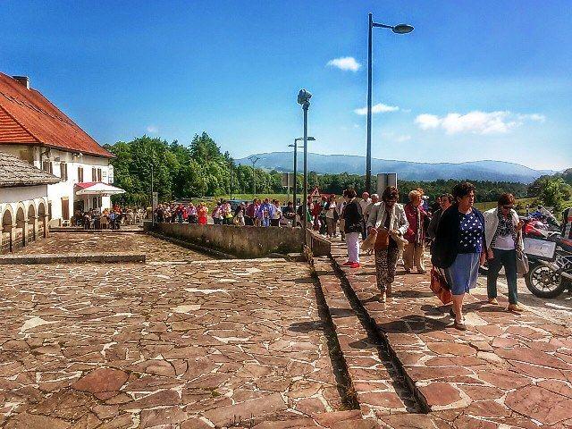 Entrando en Roncesvalles. Primer hito del Camino de Santiago. Parecemos una alegre manifestación.
