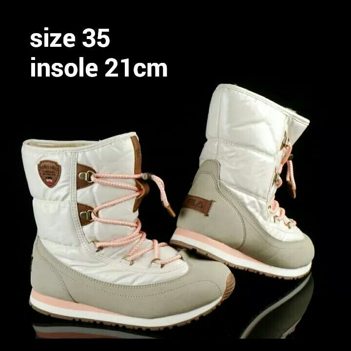 READY STOCK KIDS/WOMEN WINTER BOOTS KODE : LOCO WHITE GLOSSY Size 35 PRICE : Rp.350.000,- DETAIL SIZE : - Size 35 (insole 21cm)  Material : Kulit sintetis lentur,Sol karet lentur, Dalam bulu2. Ringan dan nyaman utk anak-anak maupun dewasa :)   Insole = panjang sol dalam. Ukurlah panjang telapak kaki anak, beri jarak minimal 1,5cm dari insole, utk dewasa cukup 0,5-1cm :)   FOR ORDER : SMS/Whatsapp 087777111986 PIN BB 766A6420 Facebook : Mayorishop  #pusatsepatubootsanak #readystock…