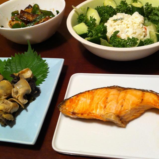 8/13晩ご飯。焼き鮭、ポテトサラダ、つぶ貝の刺身、ピーマンと油揚げの炒め物。