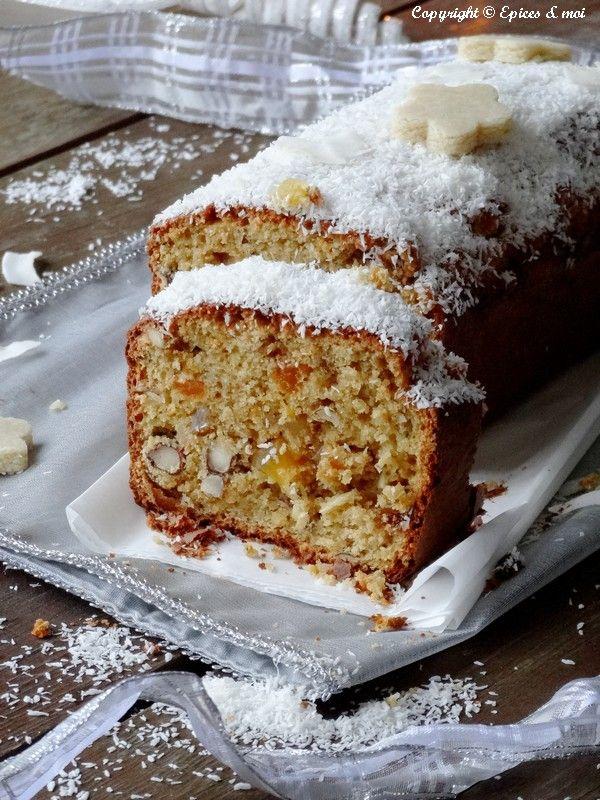 Epices & moi - Cake de Noël Jus et zeste d'une orange, d'une clémentine et d'un citron 100 g de fruits secs 150 g de fruits confits 180 g de farine d'épeautre T110 90 g de poudre d'amande 1 pincée de bicarbonate de soude 1 càs de poudre à lever 1 pincée de cristaux d'HE ronde d'agrumes { touche magique facultative } 120 g de purée d'amande blanche 50 à 100 g de cassonade 2 càs de rhum brun 2 oeufs à température ambiante + Pâte d'amande allégée & manteau de coco