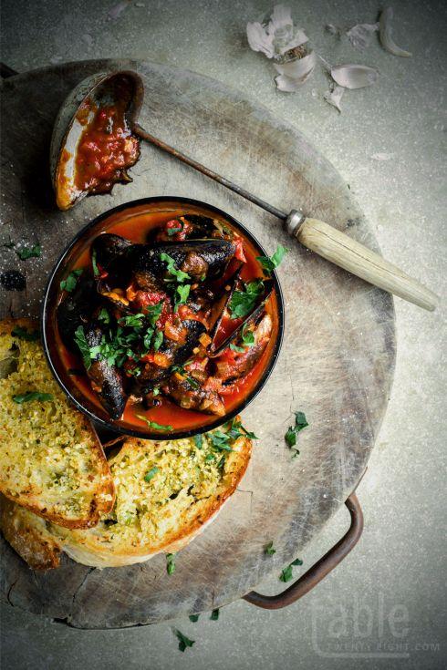 chilli mušle wuth rychlý česnekový chleba |  tabletwentyeight.com