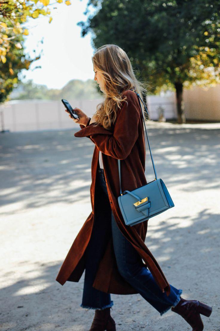 El look: jeans y prendas neutras + bolso a todo color.   La clave: que el tono del bolso sea lo suficientemente especial como para que el contraste con el resto del outfit funcione, pero no tanto como para que no encaje.