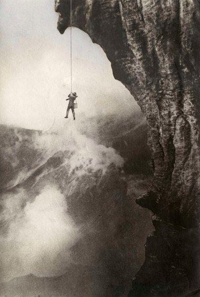 Вулканолог Арпад Кернер висит на веревке над пылающим кратером вулкана Стромболи, 1933 год, Италия
