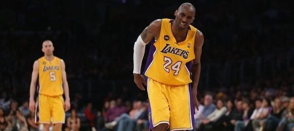 NBA - Kobe Bryant vise un retour sur les parquets dans six mois. La vedette des Los Angeles Lakers Kobe Bryant, qui s'est fait une rupture du tendon d'Achille gauche vendredi contre Golden State, sera indisponible de six à neuf mois, a indiqué samedi le préparateur physique de la franchise NBA, Gary Vitti.