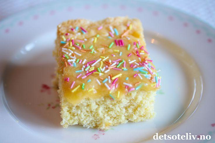 Silviakake, en svensk klassiker. Kaken er saftig og myk, dekkes med en kjempegod gul krem og drysses med kokos.