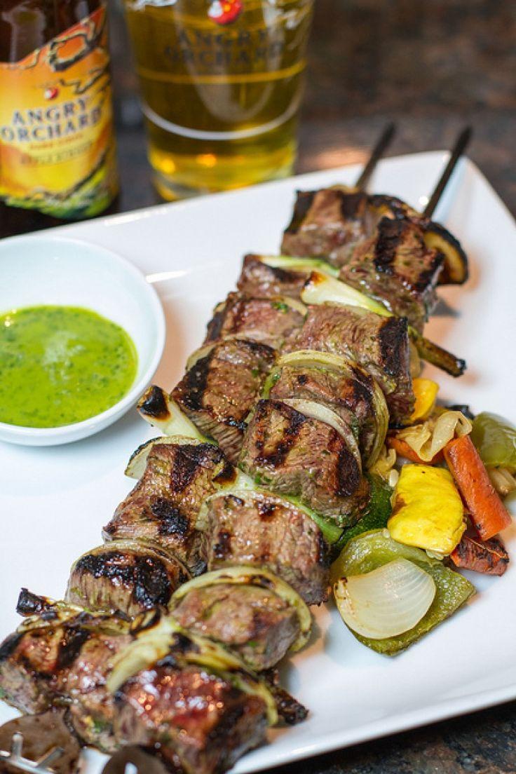 Spiedini di manzo alla griglia con marinatura al sidro. Ricetta barbecue. http://winedharma.com/it/dharmag/aprile-2015/ricette-barbecue-spiedini-di-manzo-marinati-nel-sidro-e-salsa-chimichurri
