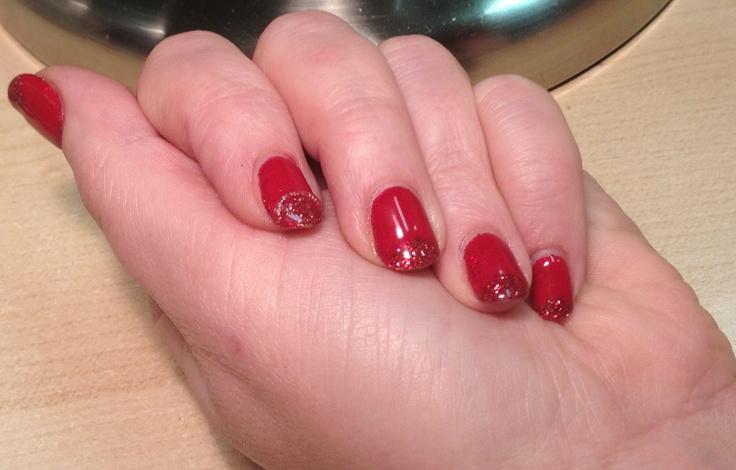 Vernis hybride shellac rouge wildfire.  Manucure française inversée à la pointe. Micro paillettes rouge, sur un des doigts micro perles.