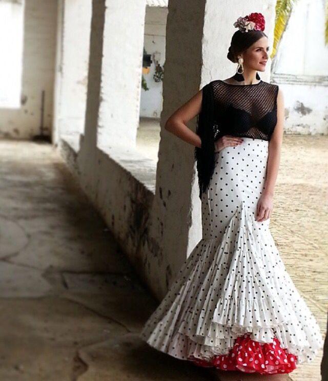 @anguas.ruiz Traje de flamenca de falda blanca con lunares negros y camisa negra