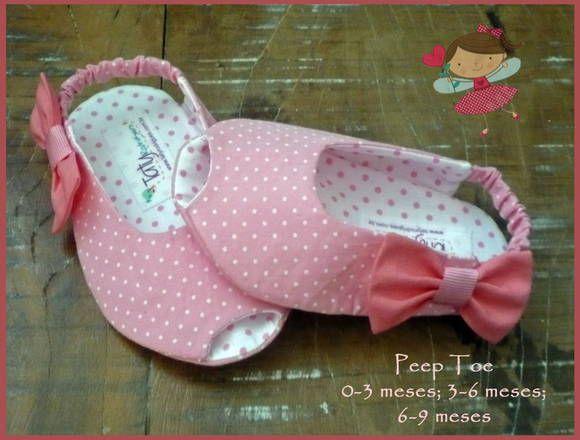 Sapatinho Peep Toe rosa bebê com lacinho rosa na lateral. Totalmente em tecido, inclusive o soladinho. Tecidos 100% algodão.   Informações de tamanhos: 0-3 meses - 9,5 cm de comprimento / corresponde aproximadamente à numeração 14; 3-6 meses - 11cm de comprimento / corresponde aproximadamente às numerações 16/17; 6-9 meses - 12cm de comprimento / corresponde aproximadamente à númeração 18. R$ 42,00