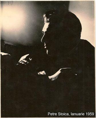 """Rumba  Petre Stoica din """"ALTE POEME"""" (1968)  O, armăsarul vine ropotind ca torentul în munţi, pielea lui e numai oglinzi, coama lui e un steag de foc. Dumnezeu i-a lipit un luceafăr pe frunte, picioarele din faţă i le-a înmuiat în făină.  Pe unde trece cu viforul din nările sale smulge salcâmii din loc  Trecând călare pe el, tu, iubita mea, te-ai mândri cu mine, şi din fereastră ai spune vecinelor că sunt general de brigadă."""