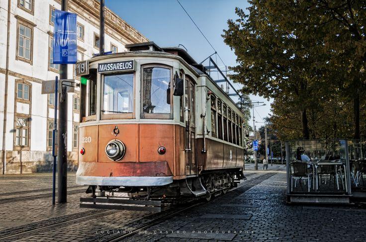 Elétrico 18 - Linha 18 Massarelos-Carmo faz a ligação desde Massarelos, perto do Museu do Carro Eléctrico, até o Carmo, perto da Praça dos Leões e da Reitoria da Universidade do Porto.  .