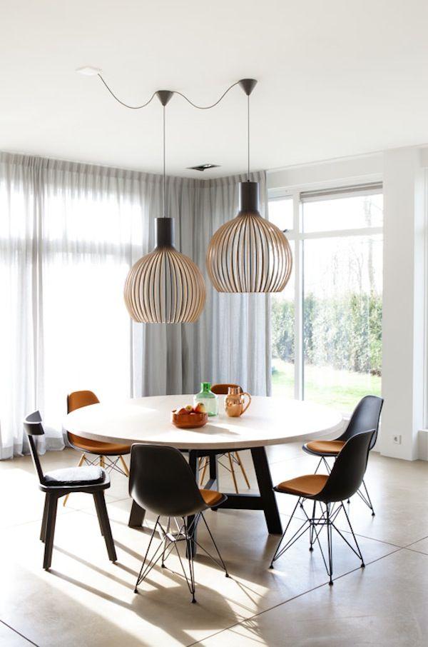 Sillas Eames Plastic DSR de Vitra y lámpara OCTO de Secto Design, disponibles en Manuel Lucas Muebles, Elche