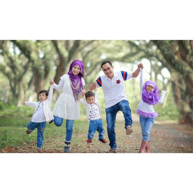 """Foto Keluarga �� The ilustrasi . . Kami Hadir untuk """"Menyamani kada Mengalihi"""" Info lebih lanjut⏬⏬⏬scrool yaa... Present ❇ Abang eL PhotoGraphy ❇ Melayani jasa foto :�� -wedding�� -prewedding�� -postwedding�� -video wedding ���� -acara ulang tahun ������ -foto keluarga�� -acara perpisahan�� -Dan lain lain �� Contact : ☎ Contact, WA & Line : 081250635881 (rahmat zul saputra) ��Bbm D4EF9B17(rahmat zul saputra) ��Instagram : @Rahmat_zul_saputra  kami Hadir untuk """"Menyamani kada Mengalihi"""" siap…"""