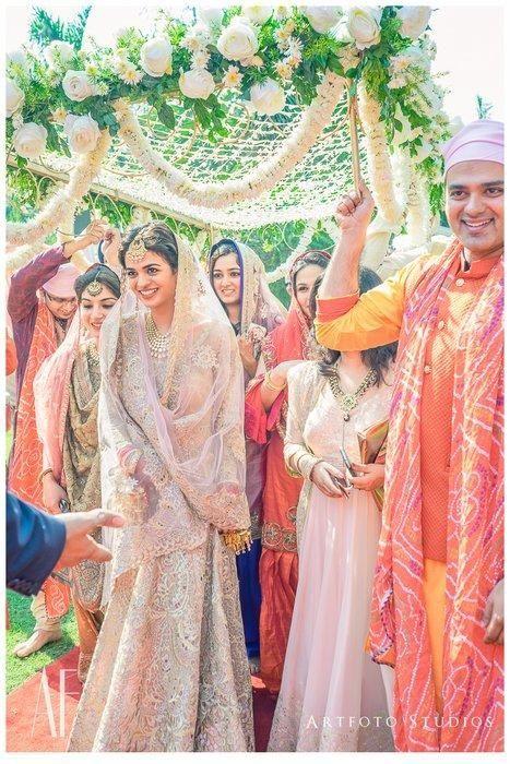 "#BridalEntry: 14 Creative Ways To Do ""Phoolon Ka Chaddar"" Differently! | WedMeGood"