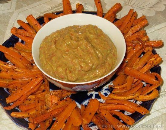 Запеченные морковные палочки с томатным соусом
