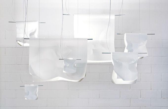 Závěsné svítidlo Stendimi (znamená v češtině Pověs mě), ruční práce, ocel, barevné varianty bílá a černá, v několika velikostech 20 x 23 cm, 40 x 45 cm, 80 x 95 cm, 100 x 75 cm cena od 10 940 Kč, vyrábí Kniker Boker, www.behaldesign.cz