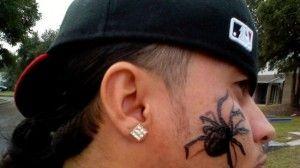 Il se fait tatouer une araignée sur le visage contre son arachnophobie - 2Tout2Rien