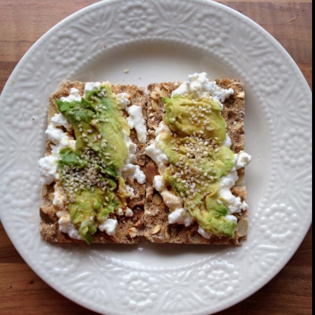 Huttenkase met avocado, sesamzaad en balsamico azijn