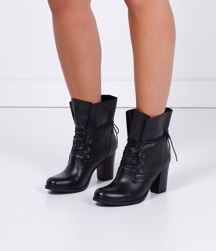 Bota feminina  Drapeada  Com cadarço  Altura do salto: 8,5 cm  Marca: Satinato  Material: couro     COLEÇÃO INVERNO 2016     Veja outras opções de    botas femininas.        Sobre a marca Satinato     A Satinato possui uma coleção de sapatos, bolsas e acessórios cheios de tendências de moda. 90% dos seus produtos são em couro. A principal característica dos Sapatos Santinato são o conforto, moda e qualidade! Com diferentes opções e estilos de sapatos, bolsas e acessórios. A Satinato também…