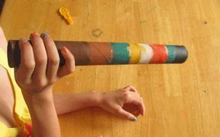 De didgeridoo, uitgesproken als didzjeriedoe, is een blaasinstrument, vooral bekend uit Australië waar de Aboriginals in Noord-Australië. Vandaag gaan we proberen er zelf eentje te maken en er een klank uit te krijgen! Heb je thuis nog een lege keukenrol? Neem deze dan mee.
