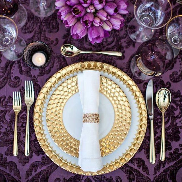 Top mesa posta roxo + dourado  cores fortes são raramente usadas em decorações de festa de casamento, mas tá aí a prova de que ficam lindas #mesaposta #weddingdecor #decoraçãodecasamento #casamento #tabledecor #tablesetting #mesaconvidados #tableware #gold #dourado #purple #roxo #flowers