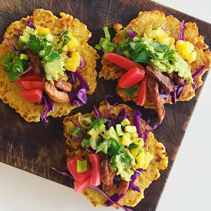🔹Tacos med blomkål🔹 Smagfulde små taco-wraps til en lækker og anderledes aftensmad! Lavet på revet blomkål, majsmel og æg. De små wrap er her fyldt med marineret svinekød, syltede radiser, ananas salsa, rød spidskål, Guacamole og friske koriander på toppen😍 Opskrift på tortilla brød på Madogkaerlighed.dk #aftensmad #bröd #recept #mexicanfood #guacamole #glutenfri #sund #frokost