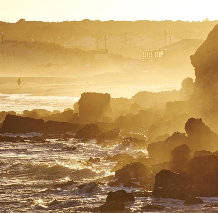 Praia do Martinhal: Am Südwestzipfel der Algarve gelegen, ist der Strand von Martinhal besonders bei Familien mit Kindern beliebt. An dem flach abfallenden Strand gibt es einen Holzsteg für Kinderwagen, Rettungsschwimmer, mehrere Restaurants und ein großes Hotel, das auf Familien mit Kindern spezialisiert ist. Die Stadt Sagres ist nur einen Steinwurf entfernt und am Cabo de São Vicente versammelt sich allabendlich eine ansehnliche Schar in- und ausländischer Badegäste, um die rot glühende…